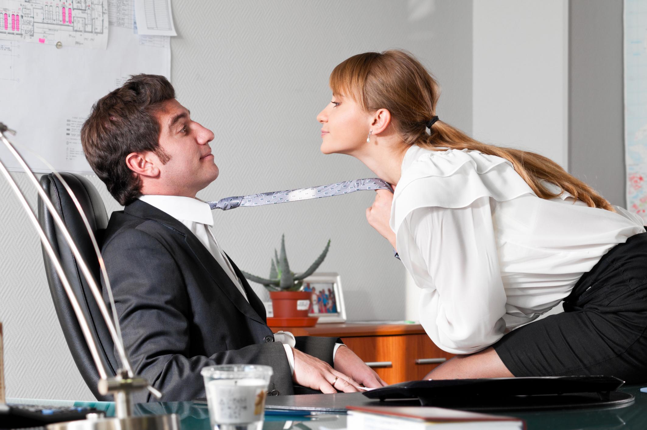 Заставляет девушка пристает к мужчине видеонаблюдение квартире