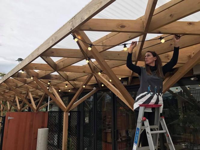 Installing outdoor festoons