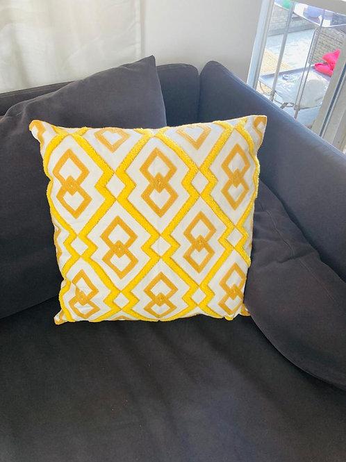כרית נוי רקמה צהובה