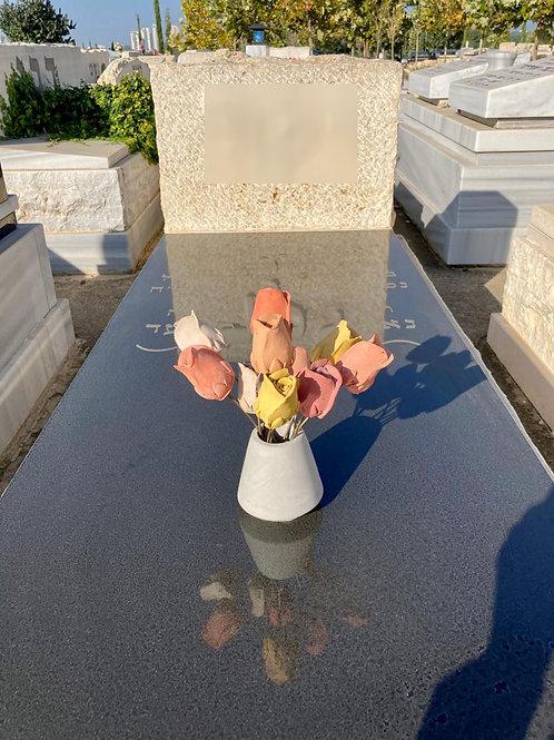 פרחים למצבה - כד ורדים מבטון