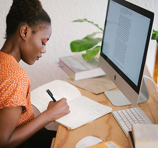 woman-in-front-of-her-computer-3059745_e