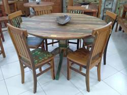 mesa_redonda_de_demolição_com_cadeiras_mineiras