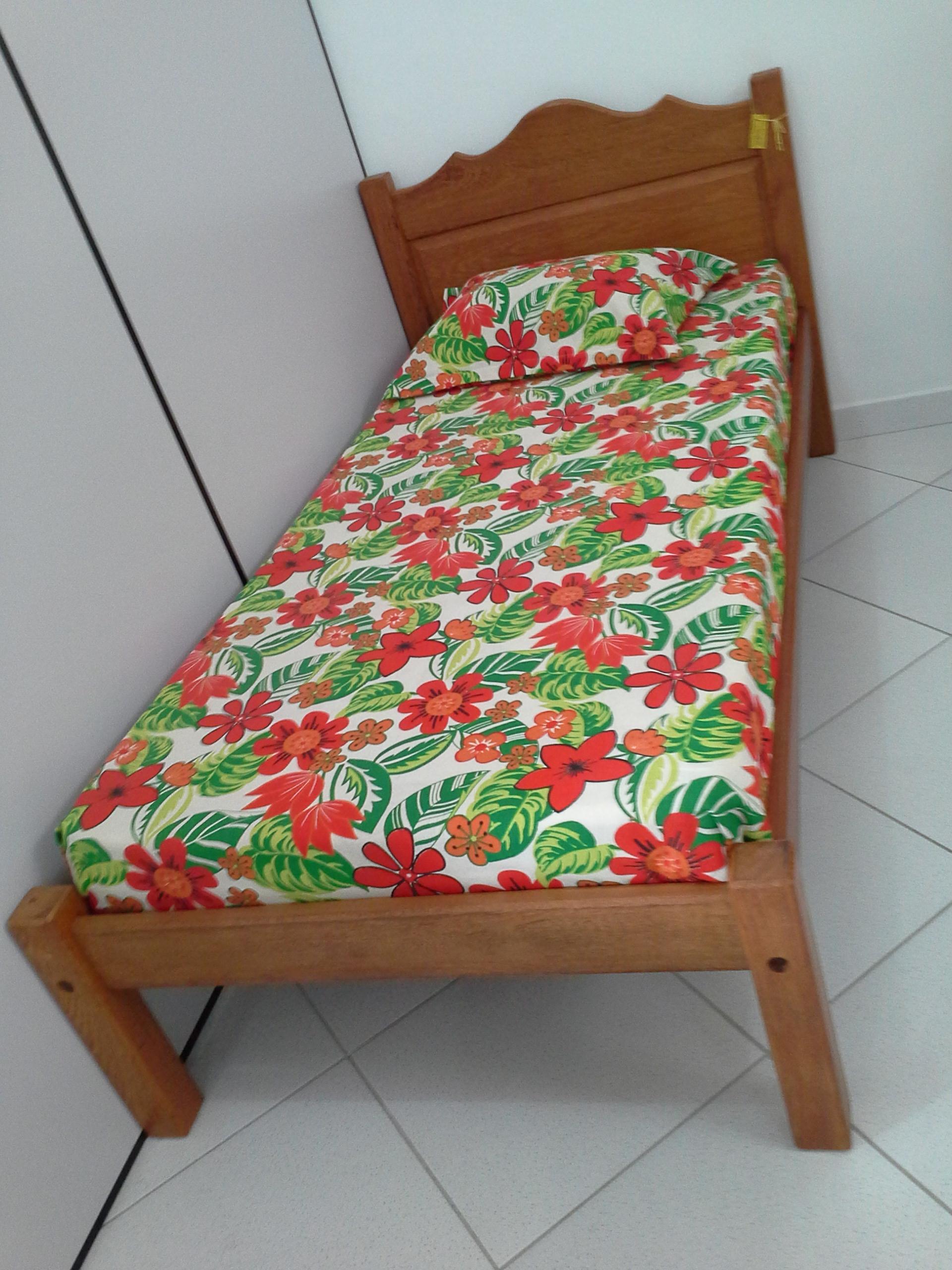 Cama de solteiro almofadada