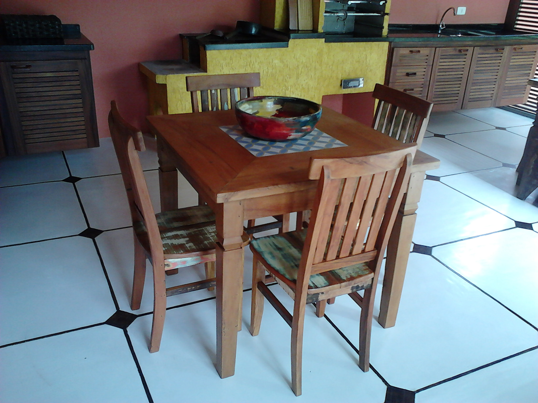 mesa_de_demolição_com_ladrilho_e_cadeiras_mineiras_(3)