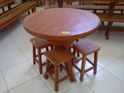Mesa redonda com 4 banquetas