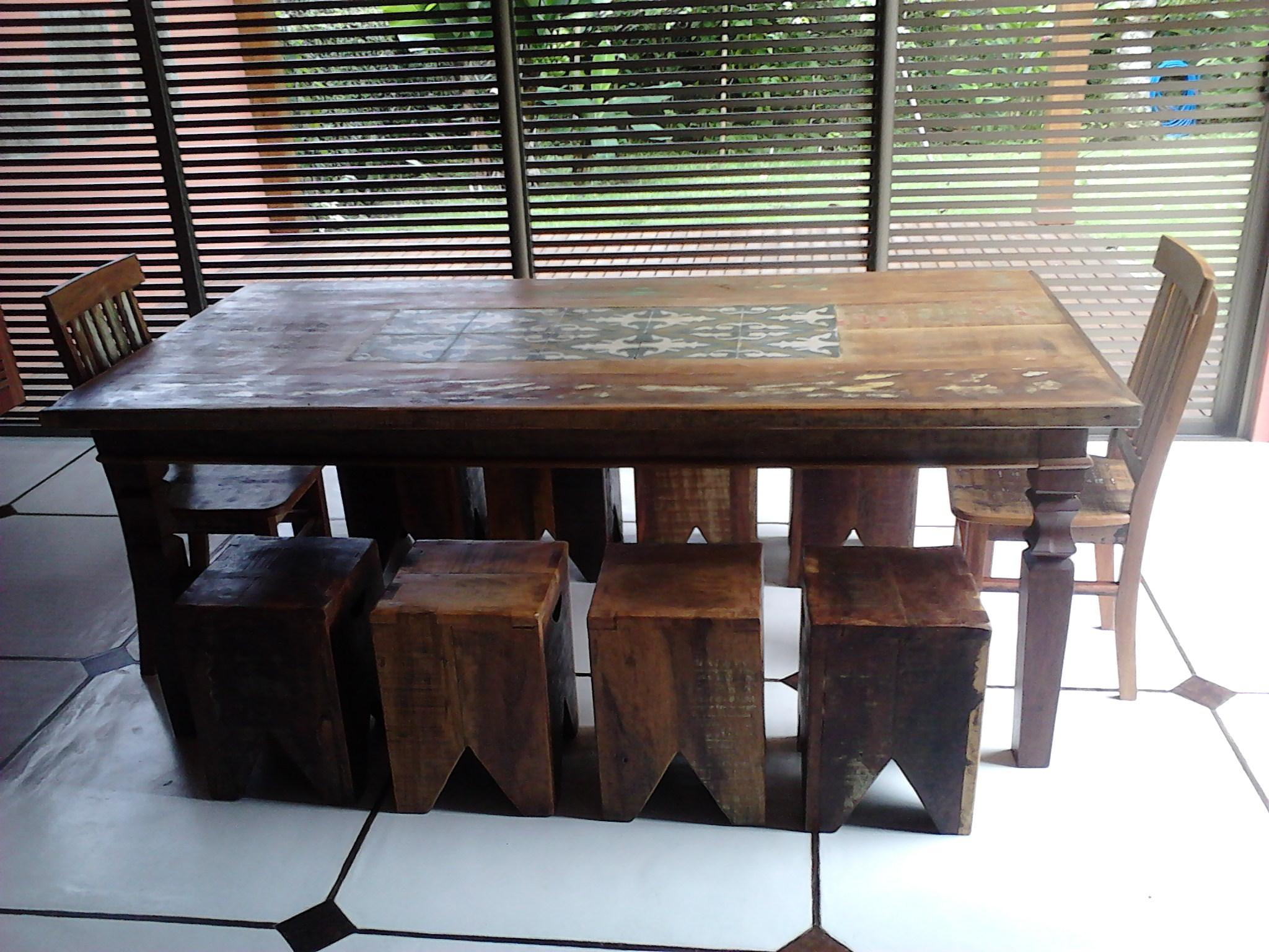 Mesa_de_Demolição_com_ladrinho_hidraulico,_caixotes_e_cadeiras_Mineira