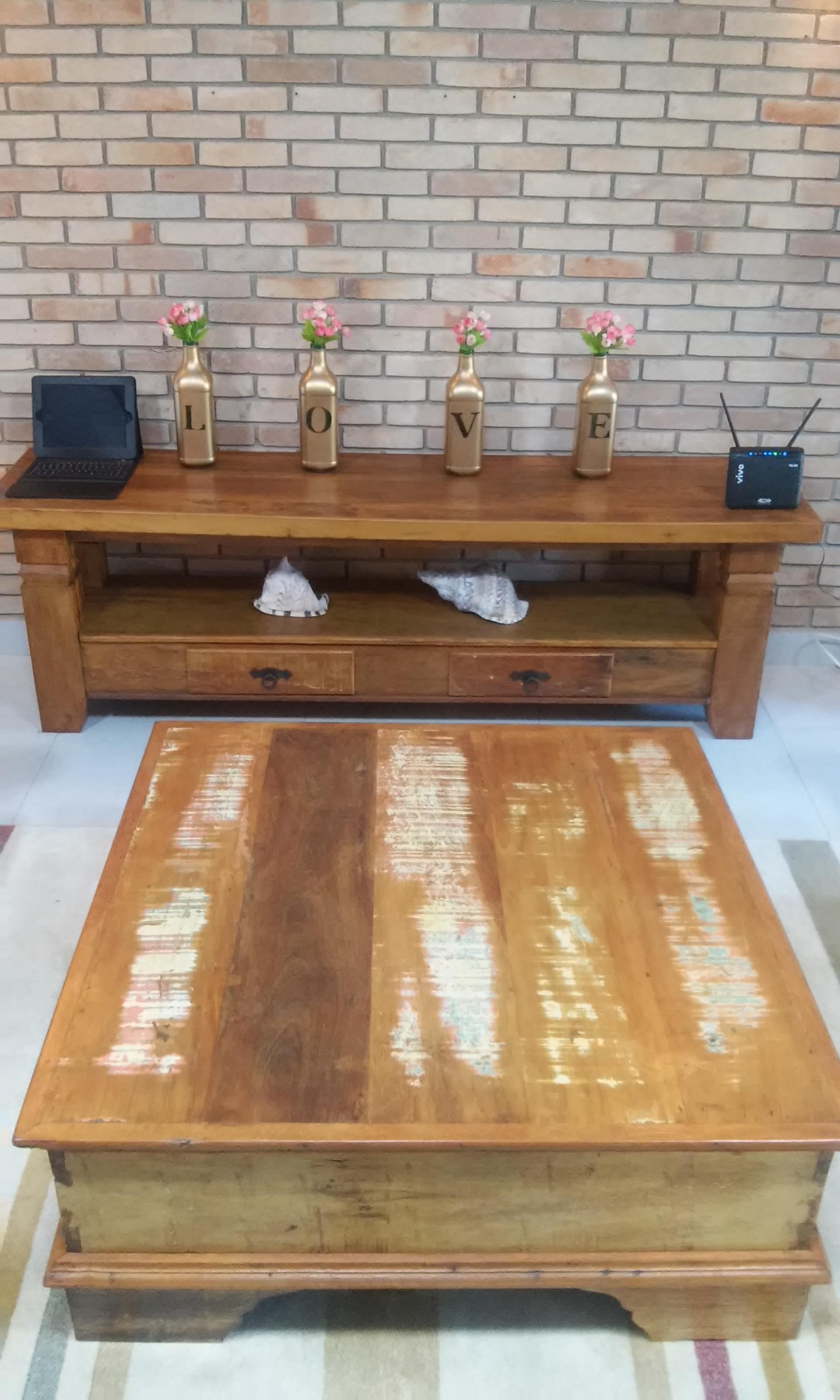 apara raxk e mesa de centro com gavetas