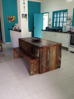 Mesa viga em U com dois bancos (2)