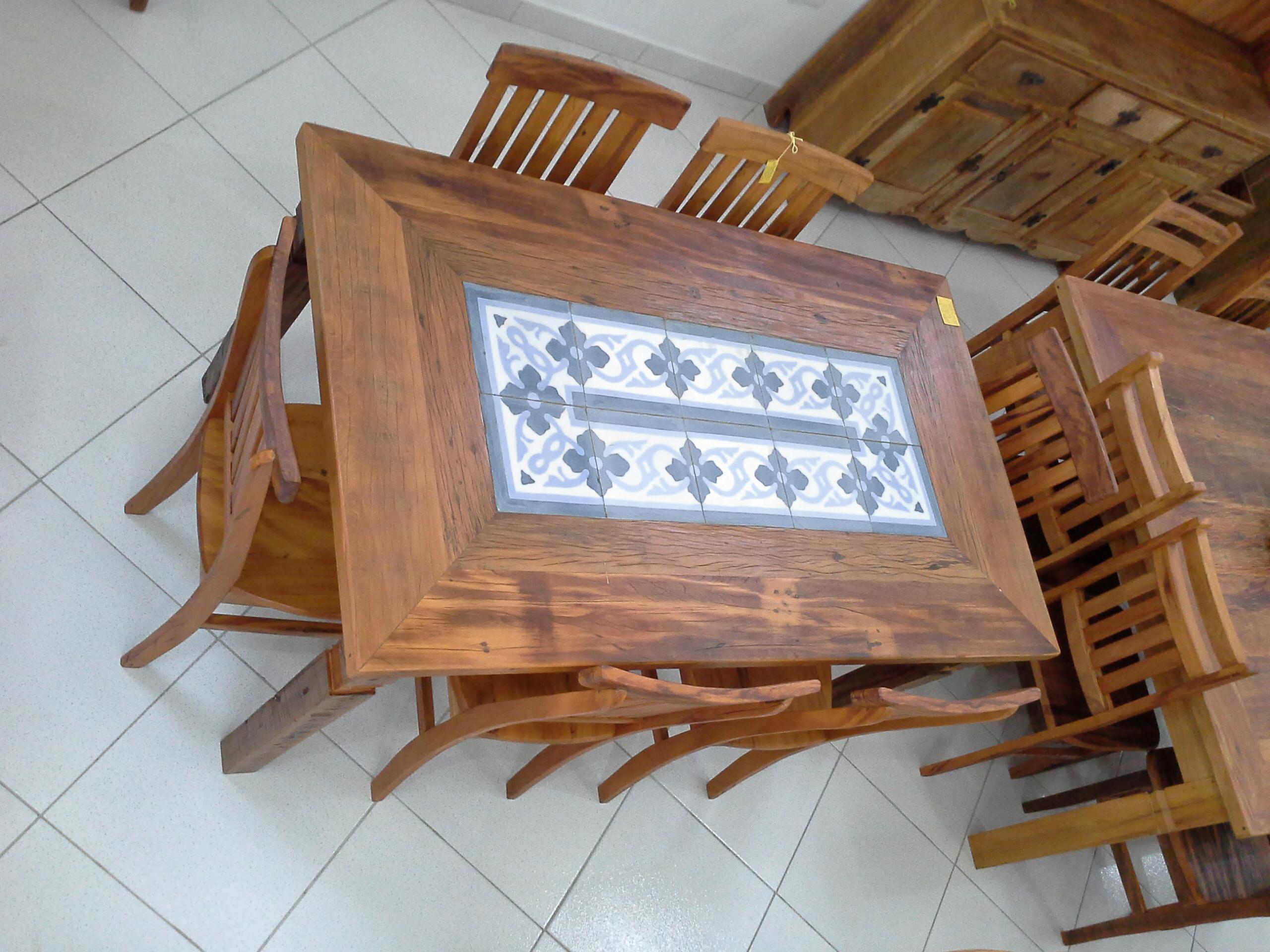 Mesa_de_demolição_com_ladrilho_hidráulico_e_cadeiras_mineiras
