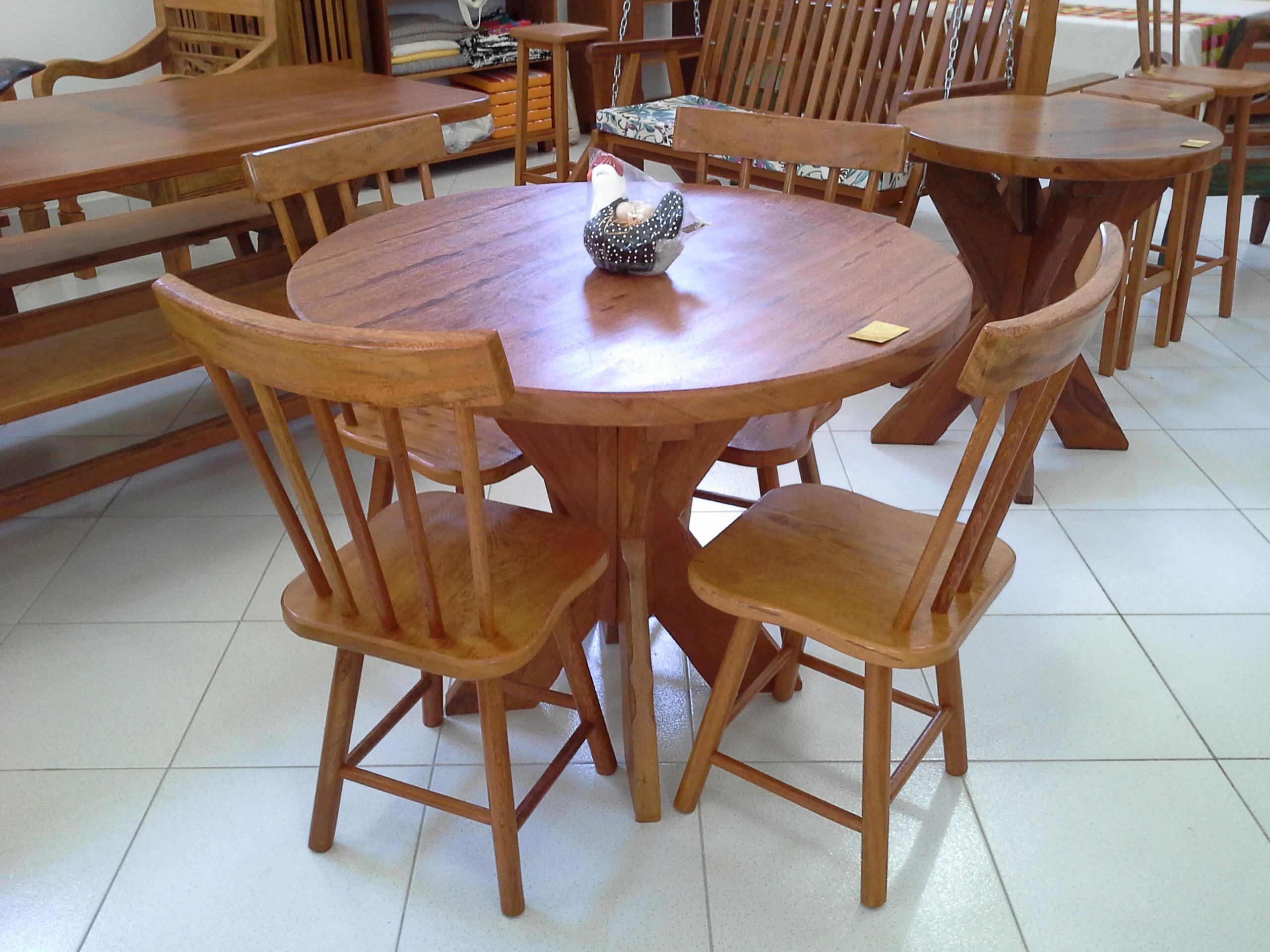 Mesa redonda com cadeira country