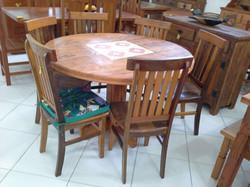 mesa redonda com ladrilho e cadeira mineira
