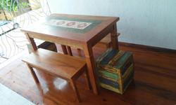 mesa_demolição_com_4_ladrilhos_com_2_bancos_e_2_caixotes