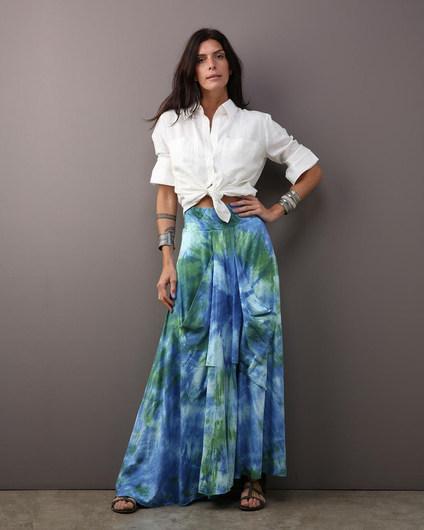 Camisa MAI & MAI linho off white $460 Saia bolsão flame tie dye azul $480