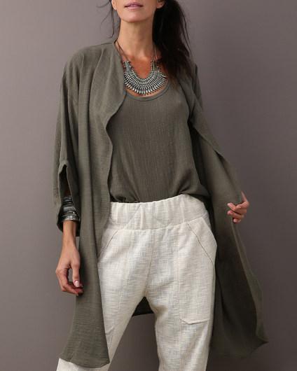 Kimono MAI & MAI $430 Regata MAI & MAI $190 Calça barra afunilada algodão $480