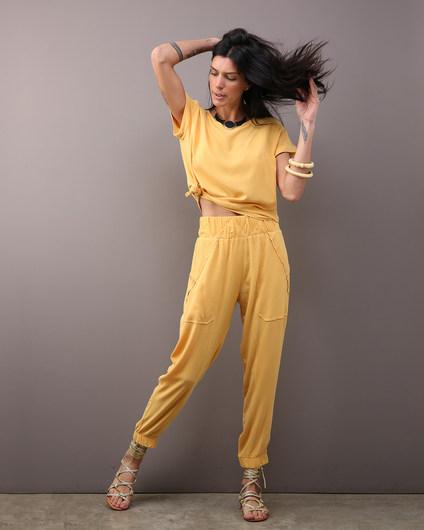 Camiseta Quadrada Stoned Amarelo $280 e Calça Barra Afunilada Stoned Amarelo $460