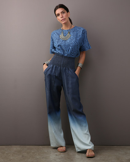 Camiseta denim estampa zebra $300 Calça lastex denim degradê azul $420