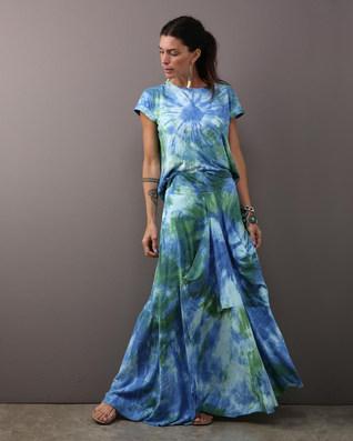 Camiseta quadrada flame tie dye azul $260 & Camisa envelope linho marinho $460 Saia bolsão flame tie dye azul $480 