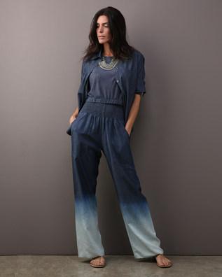 Calça lastex denim degradê azul $420 Blusa cropped moulage linho marinho $260 Camisa MAI & MAI denim azul $400