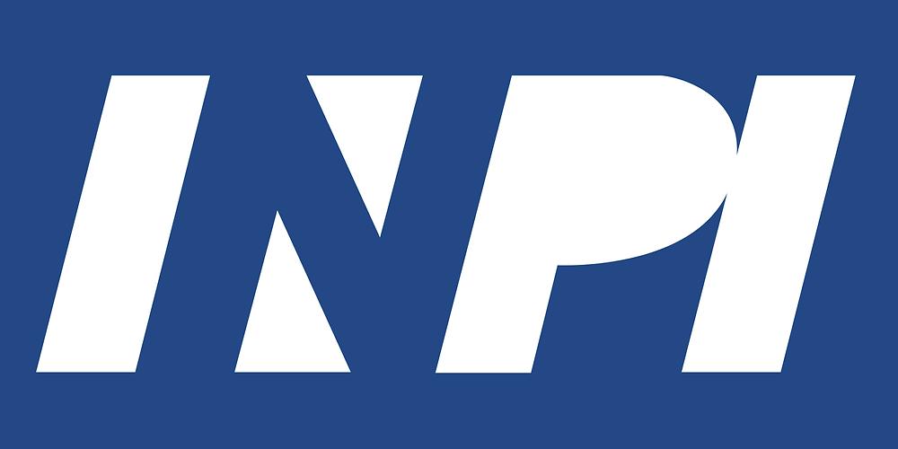 """Imagem #pracegover - Ilustração contendo o logotipo do Instituto Nacional da Propriedade Industrial (INPI) estilizado, com fundo predominante na cor azul e letras em branco (predominante) e azul (somente o """"N"""", de INPI.)"""