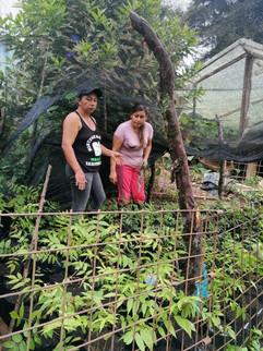 Lucía y Deyanira en el vivero con los ár
