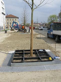 IFF 580, quadratischer Unterflurbaumrost zur Aufnahme eines Oberflächenbaumrostes: Die 2-teilige Unterkonstruktion istmontiert, der Unterflurbaumrost ist fertigzum Einbau einesGuss- oder Laseroberflächenbaumrostes