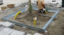 Auspflasterbarer Baumrost als Sonderanfertigung: Außenrahmen auf Köcherfundamente gesetzt.