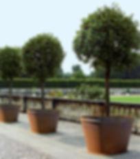 Großpflanztopf IFF 901 mit oberem Rand aus unbehandeltem Cortenstahl (einige Zeit bewittert)