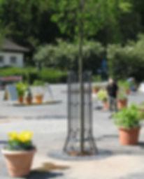 Formschöne Baumschutzgitter zum Schutz der Baumstämme, zur Montage auf Interflurbaumrost, Oberflächenbaumrost oder direkt im Boden.