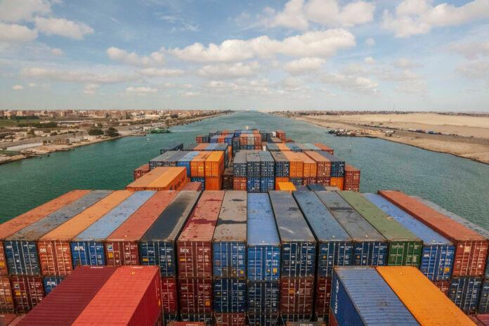 O Canal de Suez, uma das rotas marítimas mais utilizadas, liga os mares Mediterreanean e Vermelho