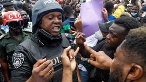 Cidadãos nigerianos enfrentam um agressor e vencem