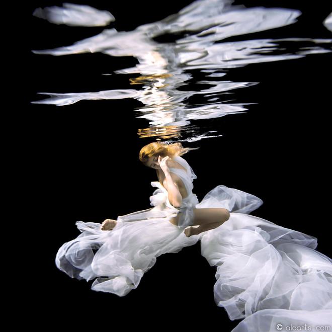 Reflections_in_black_Dana_reflections2_V5_LDA8178_picto_watermaked.jpg
