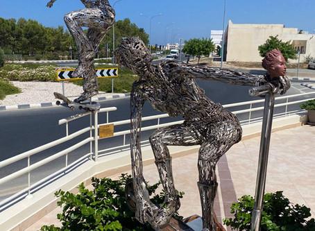 Скульптурное трио в Пафосе: новая работа Михаила Эбаноидзе и Паникоса Спаноса