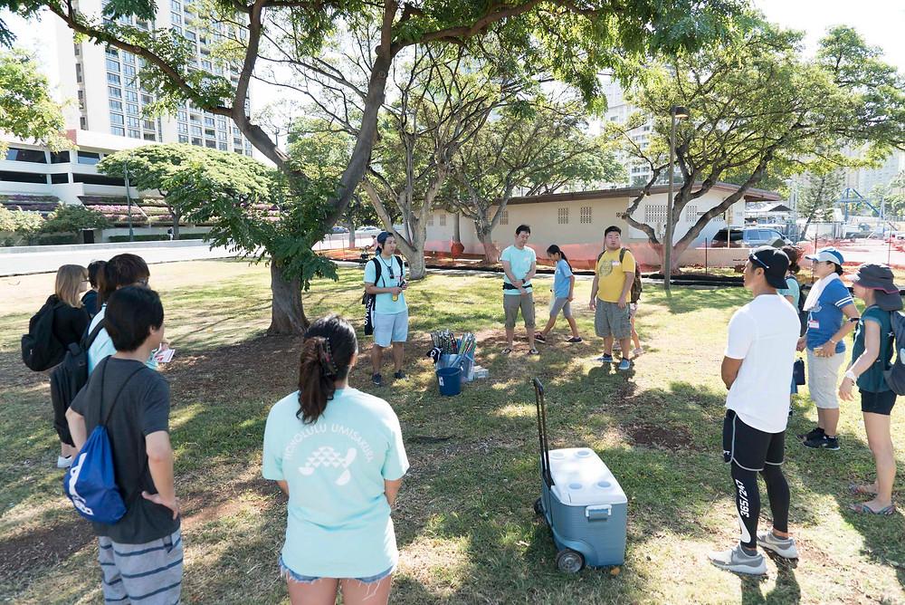 参加者が集まるとビーチクリーンアップの段取りと注意点が説明されます