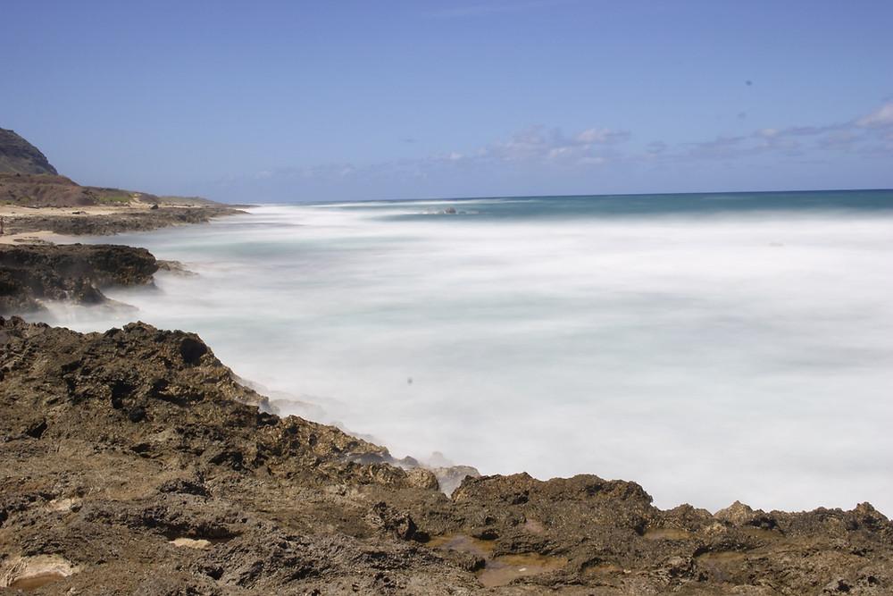 その後向かったのはオアフ島の北西の秘境「カエナポイント」。ここを訪れるツアーはまずないでしょう。ここではスローシャッターを使って遊んでみました