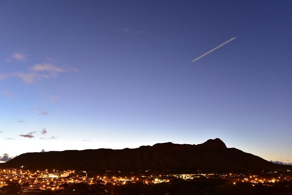 撮影した6000カットの中の一枚。ちょっとだけ「君の名は。」っぽい!?  残念ながらこれは彗星ではなく飛行機の軌跡 (PHOTO/Tomohito Ishimaru)