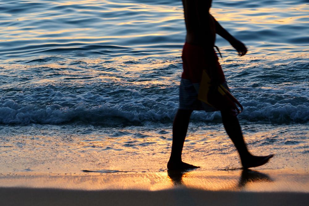 夏が近づくにつれて太陽が沈む位置がスライドしていく。これも季節の足音です。ワイキキビーチにて(Photo/Tomohito Ishimaru)