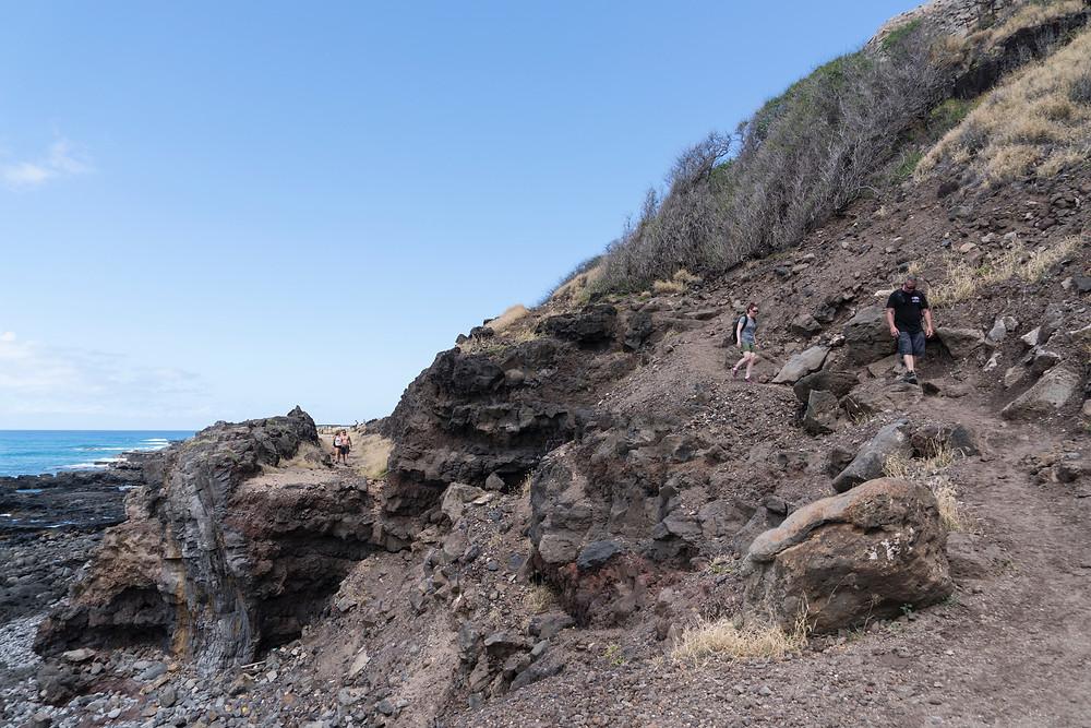海を左手にひたすら歩きます。途中道が崩れているところがありますが、迂回路が必ずありますので周囲を見てください (Photo/Tomohito Ishimaru)