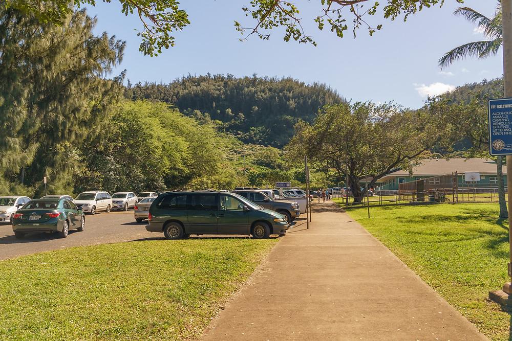 Sunset Beach Elementary Schoolの駐車場。この左側に登り口があります (PHOTO/Tomohito Ishimaru)