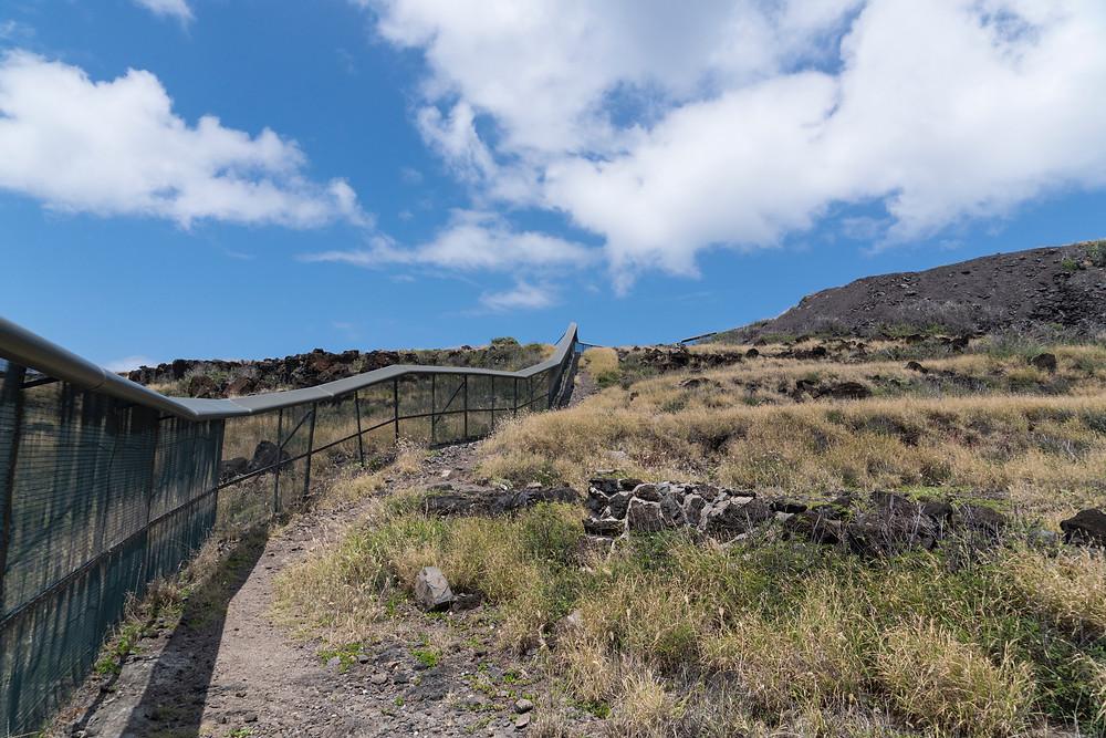 こんな感じでフェンスを左手に上がっていきます(Photo/Tomohito Ishimaru)