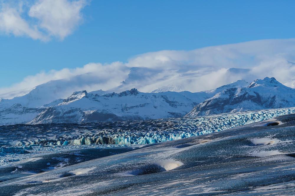 氷河の先に入り組んだ氷の一帯が。この先に氷の洞窟はあります(PHOTO/Tomohito Ishimaru)