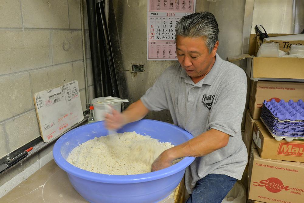 1日の作業は粉をこねるところから始まるそう。製麺だけで毎日2〜3時間ほどかかるそうです (PHOTO/Tomohito Ishimaru)