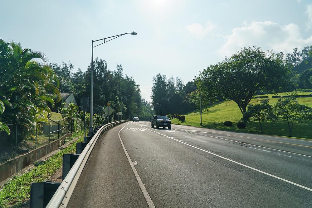 Koolau Center に車を停めたら、Kahekili Hwyに出て左、カイルア方面に進みます。Hwy沿いを歩いて5分くらいでトレイルの入り口に到着 (PHOTO/Tomohito Ishimaru)