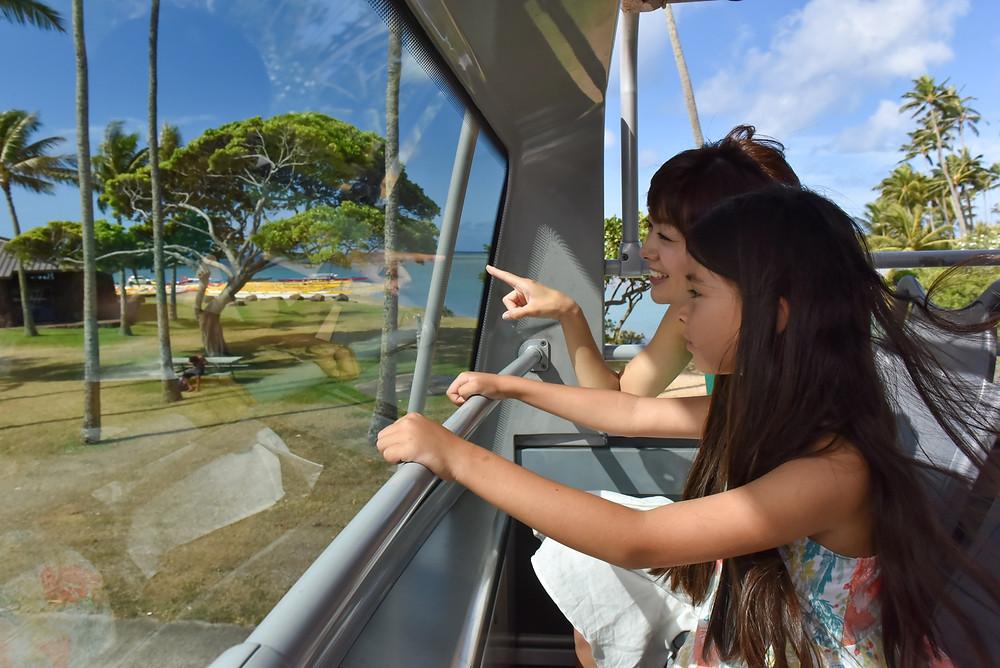 ダブルデッカーの2階はもちろん運転席はないので、その最前列は特等席。めくるめく景色の流れ方の迫力は相当なもの。ママも子供も興奮でございます (PHOTO/Tomohito Ishimaru)