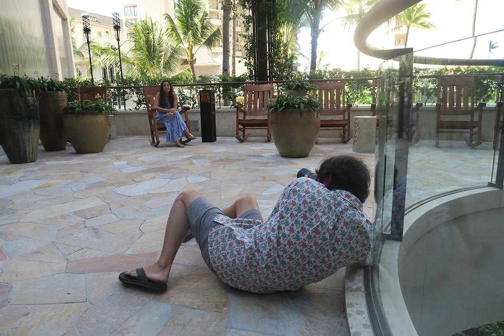 先週の撮影風景①。酔っ払って倒れてるわけではありません。駄々をこねてるわけでもありません (PHOTO / 担当編集Hさん)