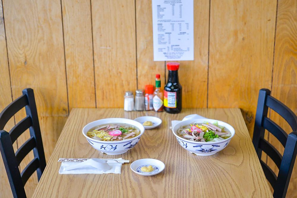 テーブルにSAIMINを二つ並べてみた図。ハワイなのにこの昭和感がステキ過ぎます(PHOTO/Tomohito Ishimaru)