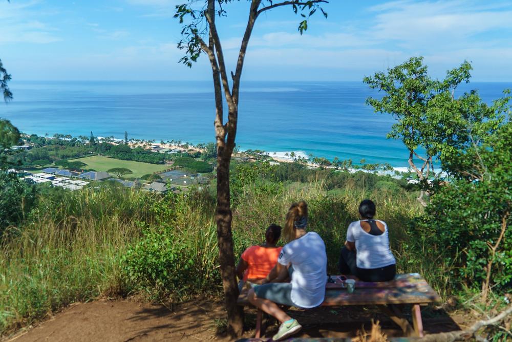 先ほどの分かれ道を左に行くと割とすぐにピクニックベンチがあります。ここからの眺めもなかなか (PHOTO/Tomohito Ishimaru)