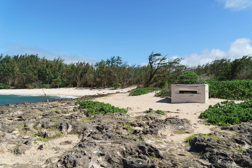 海側から見たピルボックス。左のビーチはタートルベイ。これをまっすぐ行くとタートルベイリゾートにつきます (Photo/Tomohito Ishimaru)