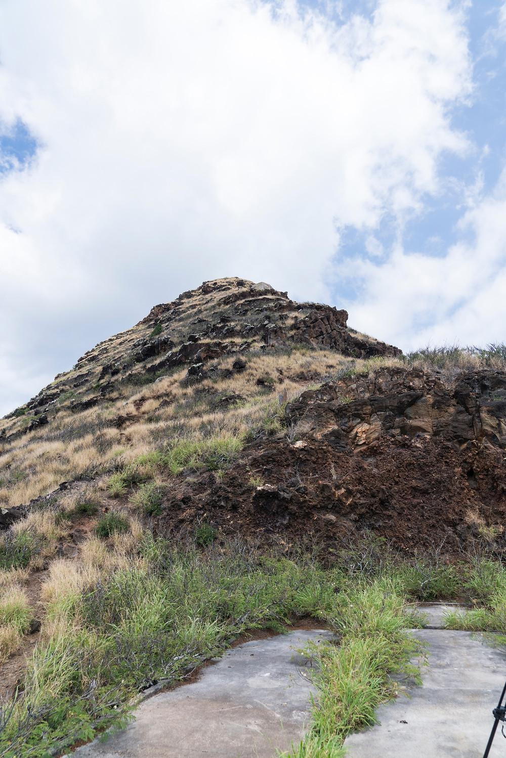 最初のピルボックスの背後の斜面。そこから見える山の頂上すぐ下にピルボックスの影が(Photo/Tomohito Ishimaru)