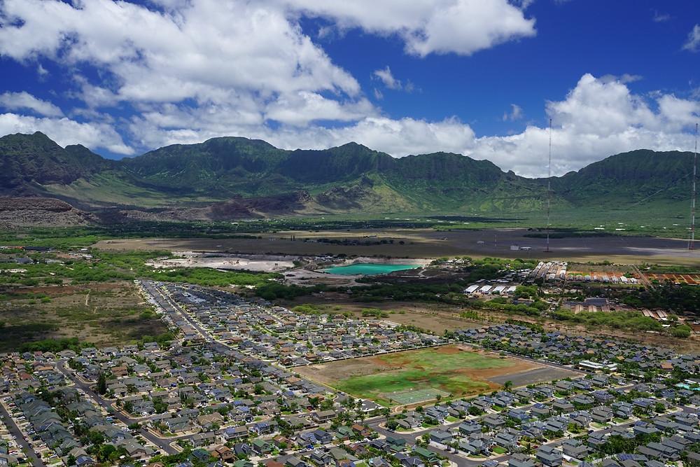 半分程度登って振り返ると貯水池が見えます。西側は降水量がとても少ないので、必要なのかもしれませんね (PHOTO/Tomohito Ishimaru)