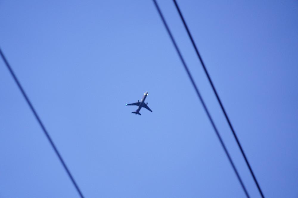 目だけ光ってトンボみたいな飛行機。ボケているのはわざとってことにしときます (PHOTO/Tomohito Ishimaru)